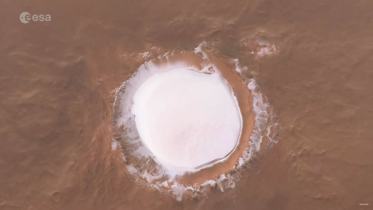 動画「Flight over Korolev Crater on Mars」