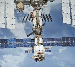 国際宇宙ステーションからの継続わずかな空気漏れ、漏れの箇所が、ロシアの敷地モジュールに絞られた