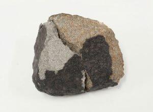 7月2日の深夜に流れた火球、落下した隕石の破片が発見・回収される