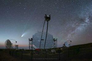 次は5000年以上先のネオワイズ彗星、満点の星空を背景に巨大望遠鏡とのベストショット