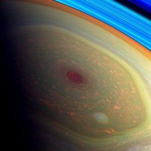 巨大な嵐に不思議な六角形、カッシーニが撮影した土星の北極