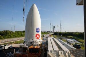今月打ち上げ予定の火星探査車パーセベランス、ロケットに取り付け
