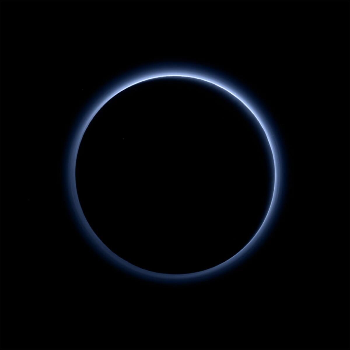 夜側から撮影された冥王星