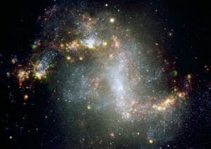 星々を盛んに生み出す混沌とした様相の渦巻銀河