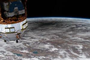 宇宙から見た巨大な月の影。国際宇宙ステーションから撮影