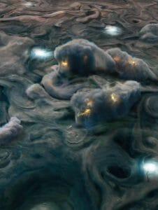 木星の大気では水とアンモニアが高高度の雷や降り注ぐ雹をもたらす