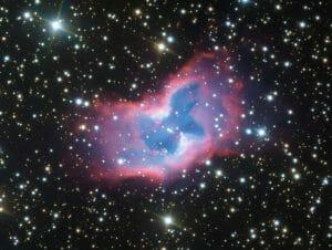 赤と青の彩りが美しい、星空を舞う蝶のような姿の惑星状星雲