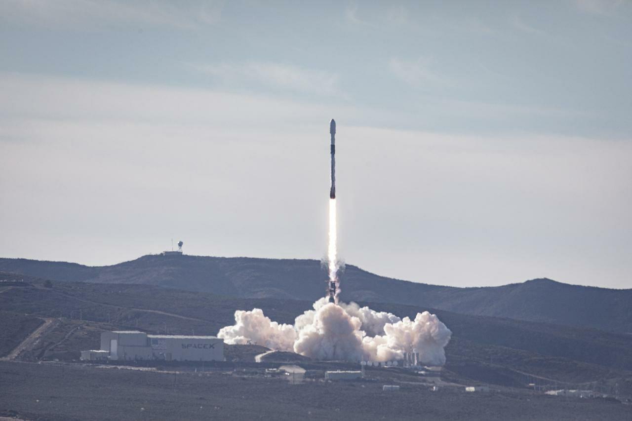 ヴァンデンバーグ空軍基地から打ち上がるファルコン9ロケット
