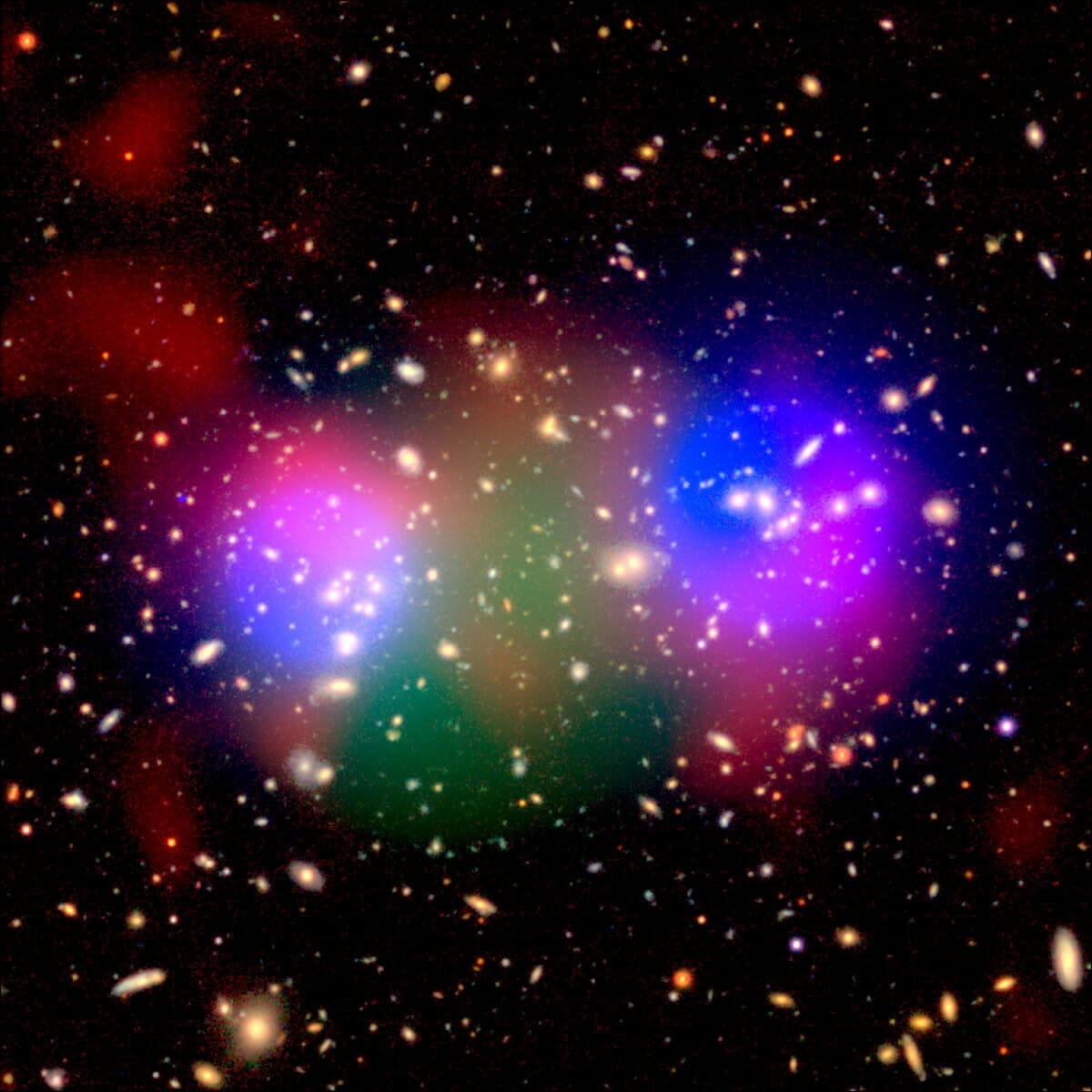 銀河団「HSC J023336-053022」の多波長での観測結果を示した画像。青色:ダークマターの分布、緑色:X線による高温ガスの分布、赤色:電波による高温・高圧なガスの分布を示す。背景はすばる望遠鏡が撮影した画像(Credit: GBT/NSF/NAOJ/HSC-SSP/ESA/XMM-Newton/XXL survey consortium)