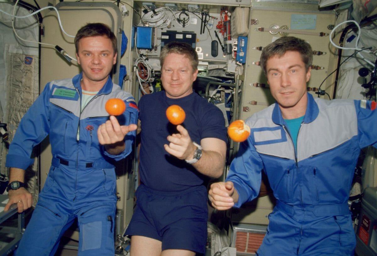 第1次長期滞在クルーの3名。左から:ギドゼンコ飛行士、シェパード飛行士、クリカレフ飛行士。ISSのサービスモジュール「ズヴェズダ」にて2000年12月に撮影