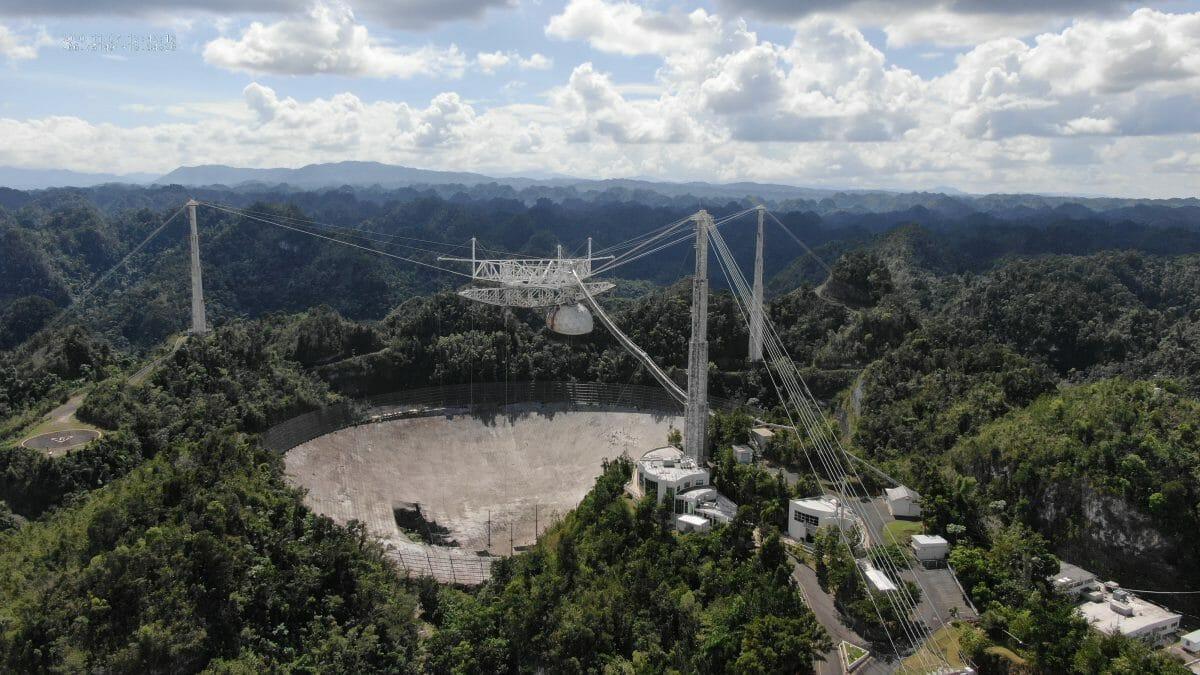 アレシボ天文台で運用されてきた直径305mの電波望遠鏡。補助ケーブルの断線により主鏡の一部が損傷している。2020年11月撮影