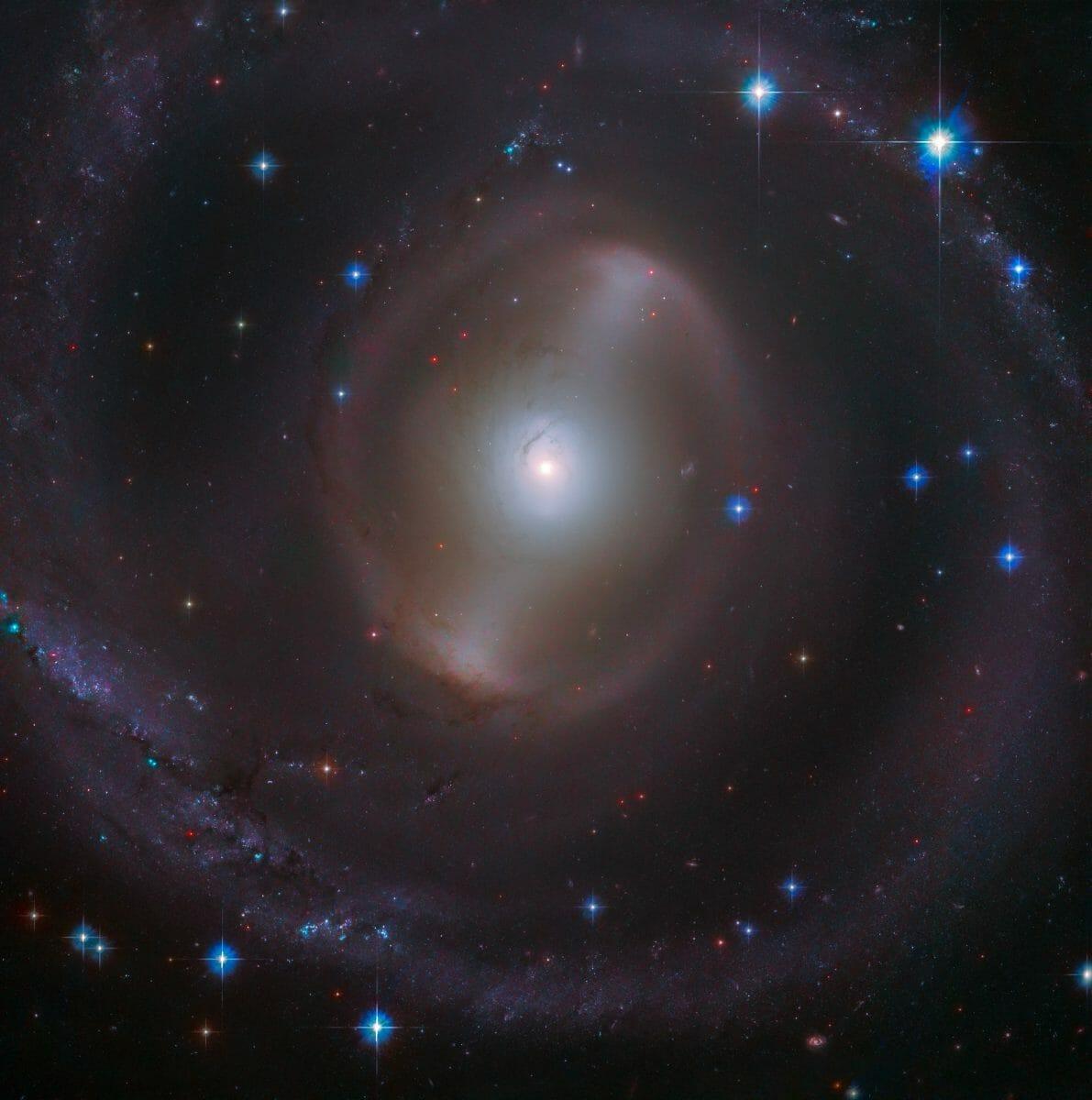 棒渦巻銀河「NGC 2217」(Credit: ESA/Hubble & NASA, J. Dalcanton)