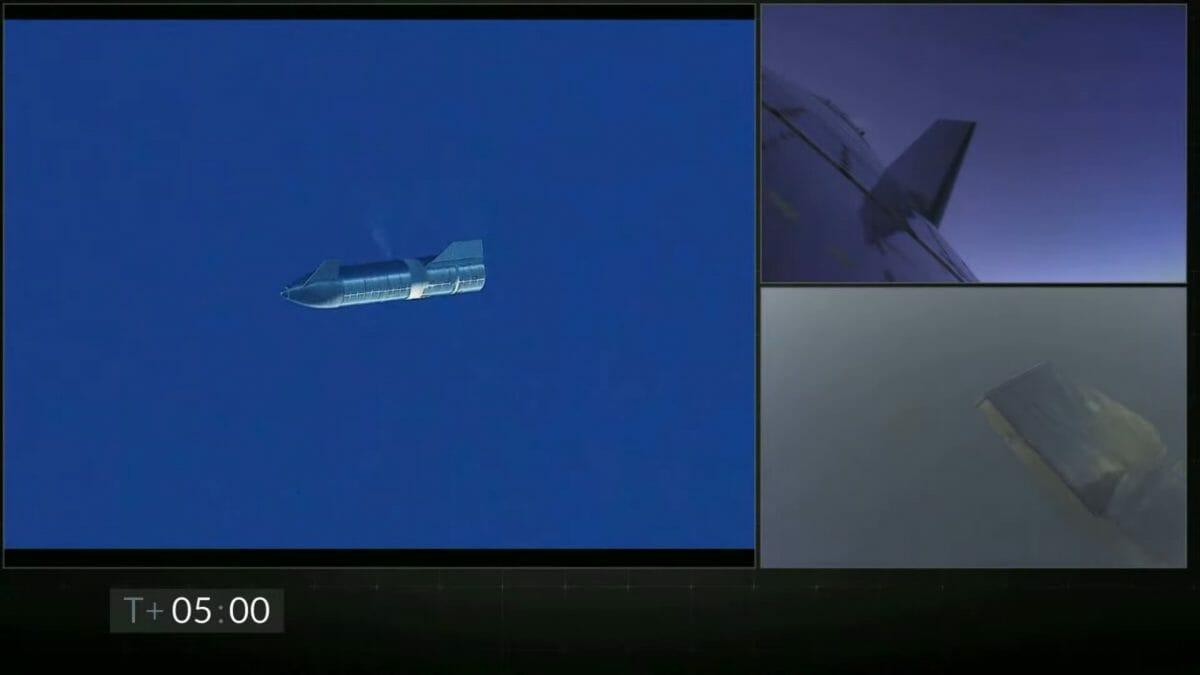 上昇を終えて降下のための水平姿勢に移ったスターシップ「SN8」。スペースXによるライブ配信アーカイブより(Credit: SpaceX)