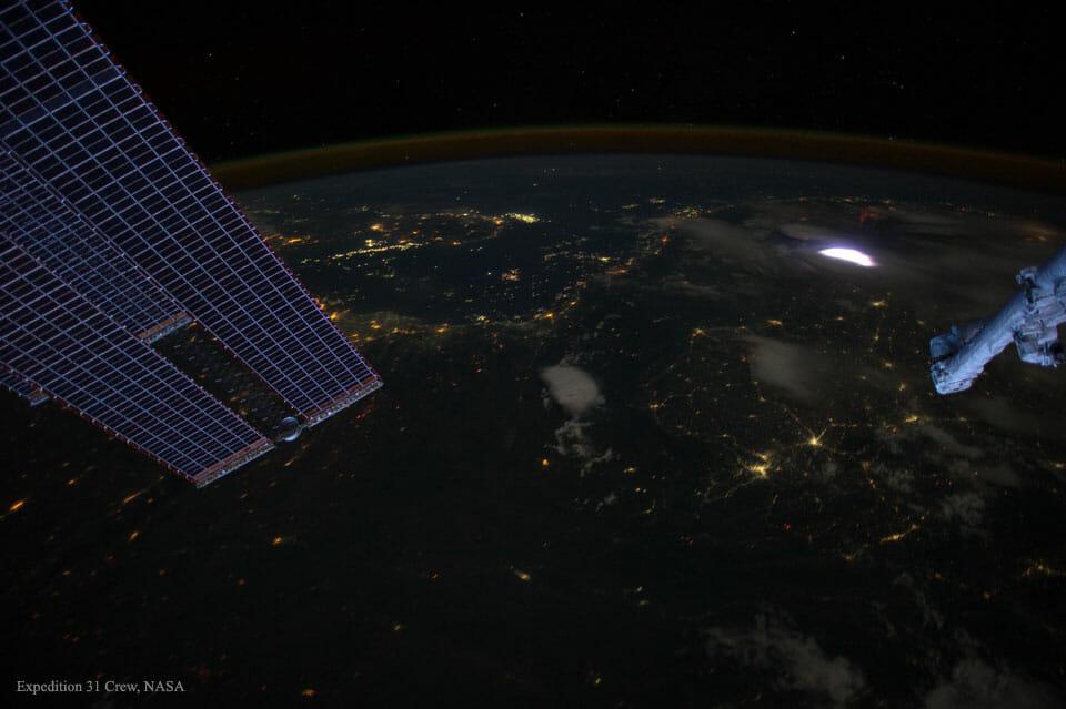 赤いスプライトのある暗い地球(Credit: ISS, Expedition 31 Crew, NASA)