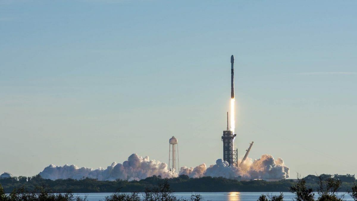 スターリンク衛星60基を搭載したファルコン9ロケット(Credit: SpaceX Twitter)