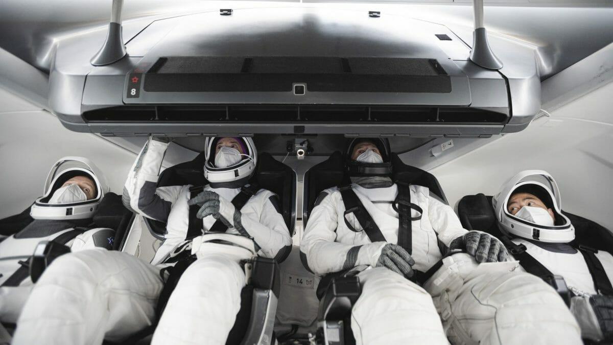 クルードラゴン宇宙船で訓練を行うCrew2のメンバー(Credit: NASA/SpaceX)