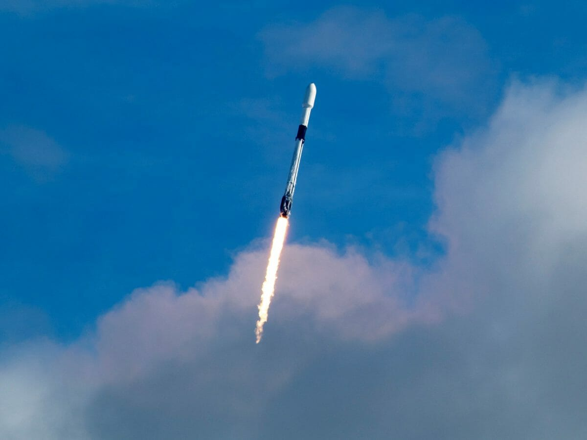 143基の小型衛星を搭載したファルコン9ロケット(Credit:SpaceX Twitter)