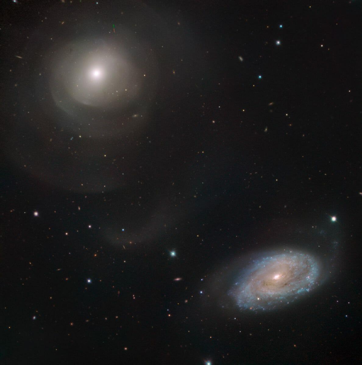 楕円銀河「NGC 474」(左上)と渦巻銀河「NGC 470」(右下)(Credit: ESO)