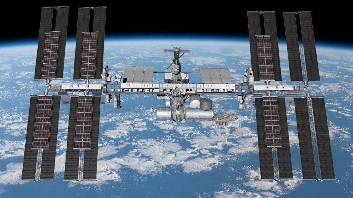 6基の太陽電池パネルが増設された国際宇宙ステーションを描いた想像図(Credit: Boeing)