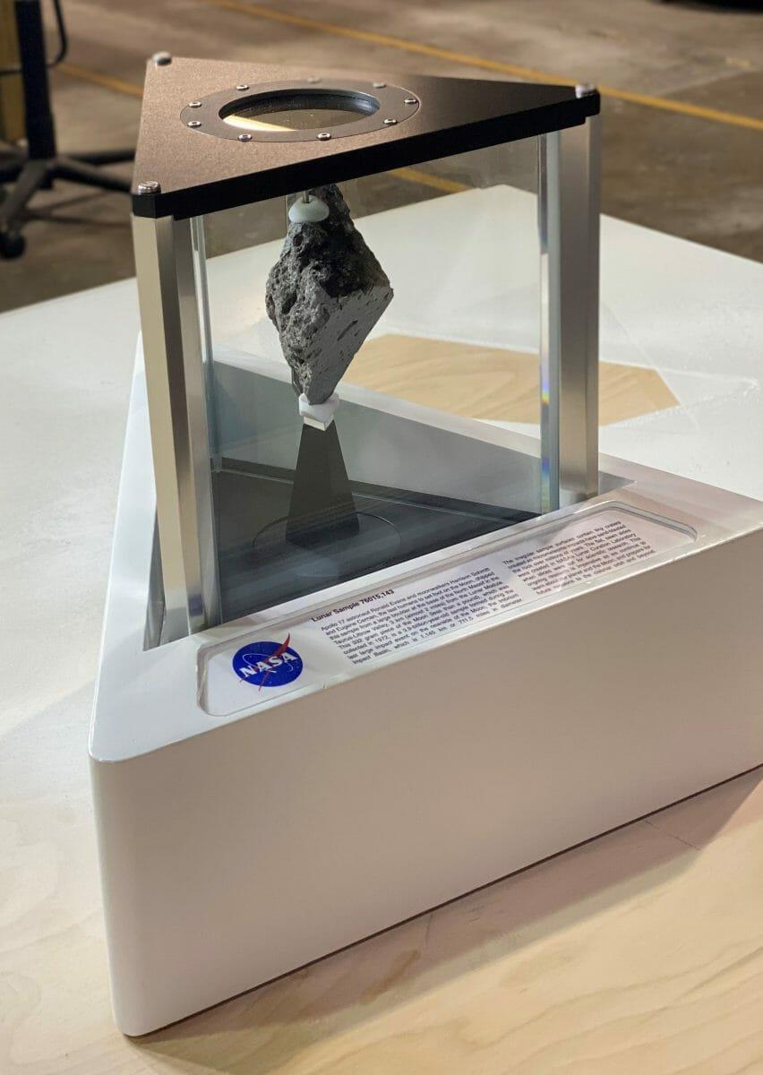 大統領執務室に展示されている「月の石」(Credit: NASA)