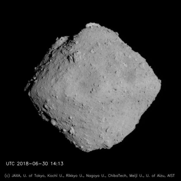 はやぶさ2に搭載された望遠光学航法カメラ(ONC-T)により約20kmの距離から撮影されたリュウグウの画像(Image Credit:JAXA, 東京大, 高知大, 立教大, 名古屋大, 千葉工大, 明治大, 会津大, 産総研)。