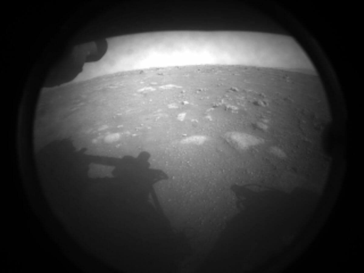 火星探査車「Perseverance」が初めて撮影した画像。着陸地点であるジェゼロ・クレーターの地表が写っている(Credit: NASA/JPL-Caltech)