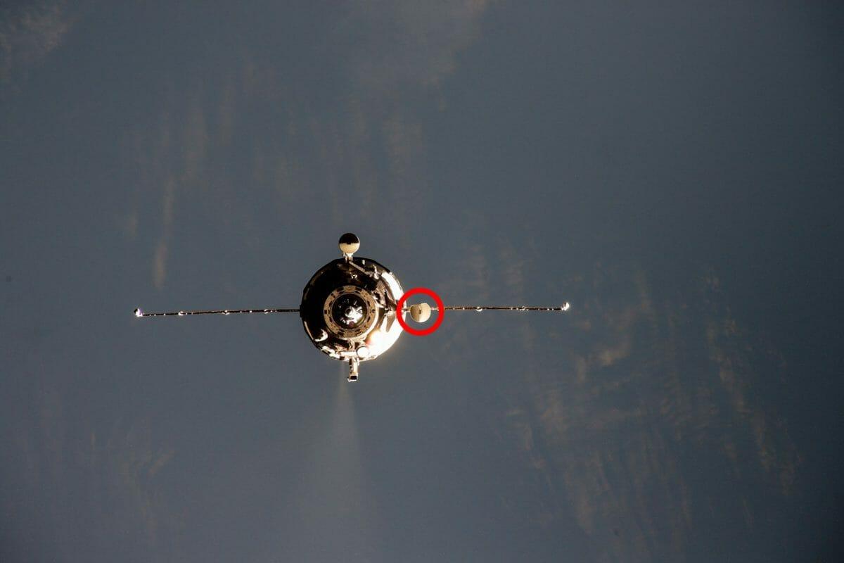 国際宇宙ステーションに接近する補給船「プログレスMS-16」。赤丸で囲んだアンテナの一部が損傷しているように見える(Credit: NASA、赤丸は筆者)