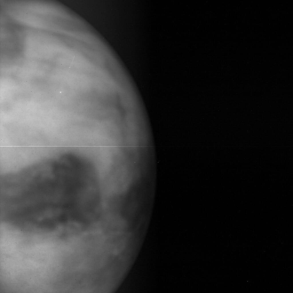 金星探査機「あかつき」の近赤外線カメラ「IR1(1µmカメラ)」によって2016年1月に撮影された金星の夜側。地表からの熱放射分布が主に捉えられている。左中央下に見える暗い部分はアフロディーテ大陸(Credit: JAXA)