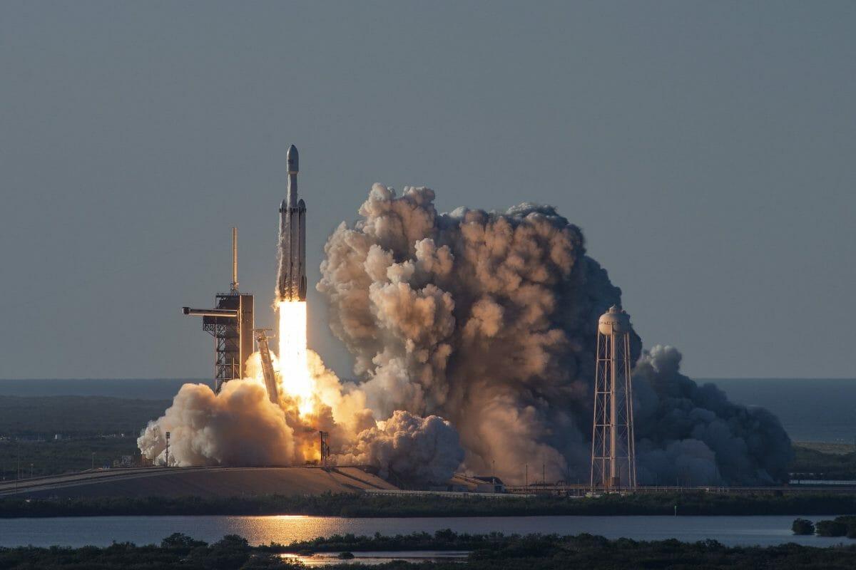 2019年4月に通信衛星「アラブサット6A」を搭載して打ち上げられたファルコンヘビーロケット(Credit: SpaceX)