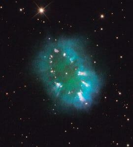 """連星が作り出した宇宙の首飾り、""""や座""""の惑星状星雲"""