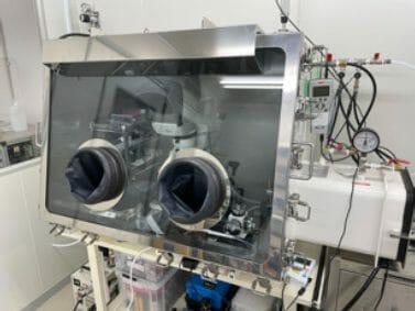 砂の分析チームが使うグローブボックス。純窒素を満たし、大気に直接サンプルが触れないようにする。(Credit: 野口高明(京都大学/九州大学))