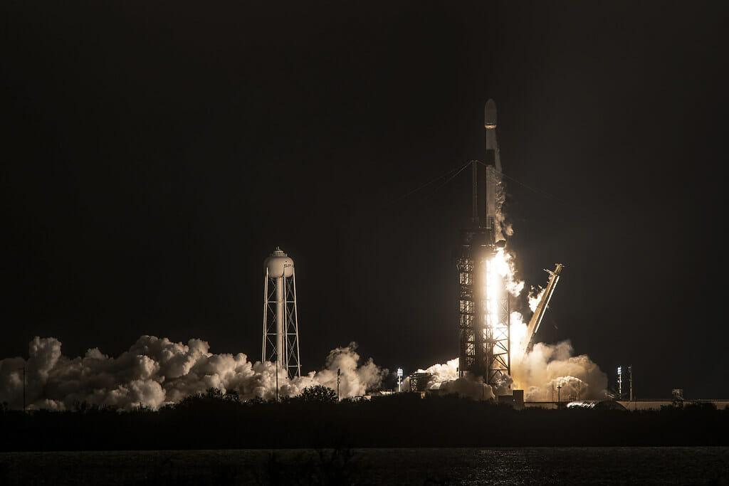 スターリンク衛星を搭載して打ち上がるファルコン9ロケット(Credit: SpaceX)