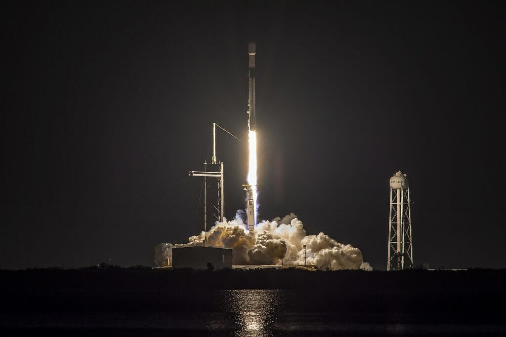 スターリンク衛星60基を搭載したファルコン9ロケット(Credit: SpaceX)