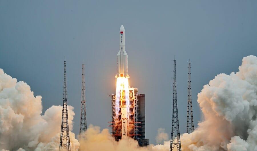 文昌衛星発射センターから打ち上げられるコアモジュール「天和」を搭載した長征5Bロケット(Credit: CNSA)