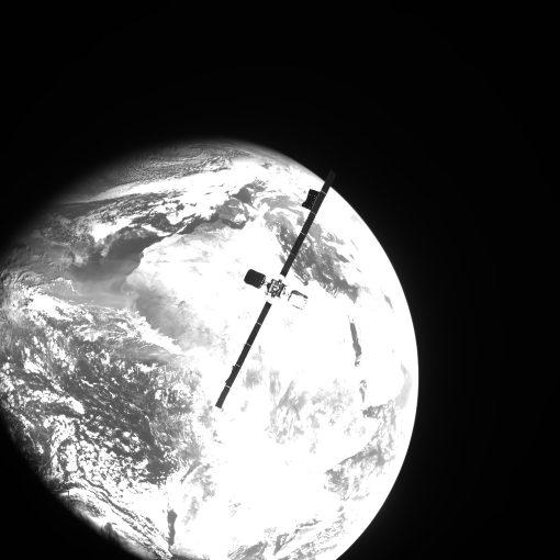 MEV-2が地球越しに撮影したIntelsat10-02(Credit: Northrop Grumman)