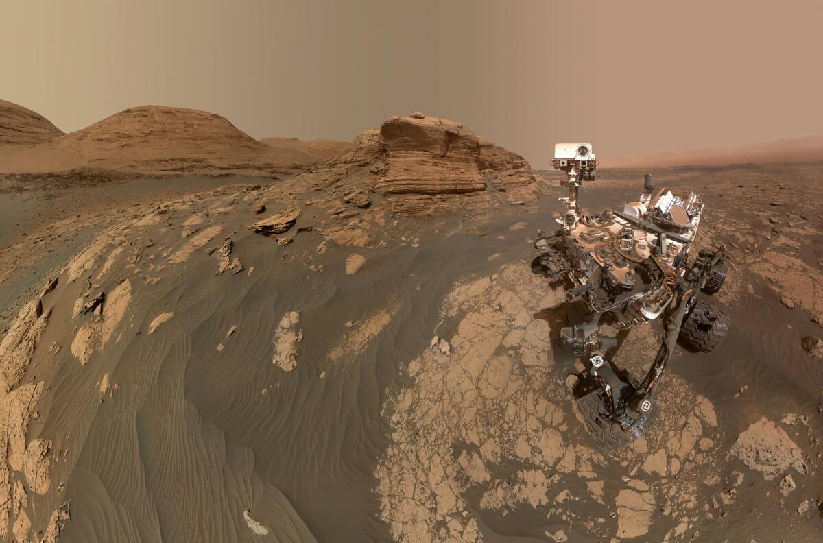 火星探査車「キュリオシティ」(右)が撮影したセルフィー(2021年3月30日公開)。中央奥に見える露頭が「モン・メルクー」(Credit: NASA/JPL-Caltech/MSSS)