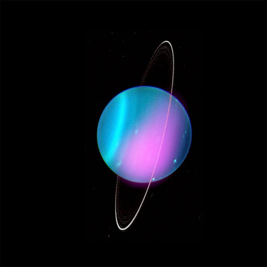 ハワイのW.M.ケック天文台で撮影された天王星の画像に、X線観測衛星「チャンドラ」による2002年のX線の観測データ(紫色)を合成したもの