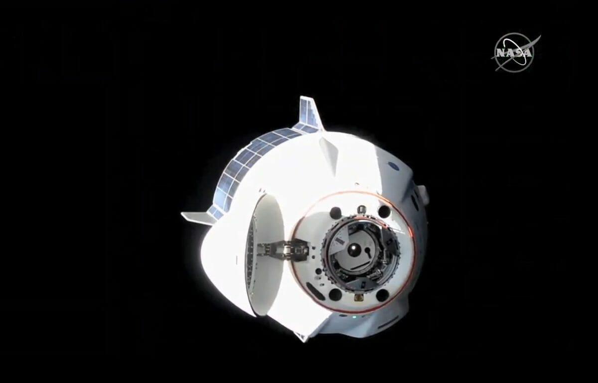 ドッキング場所を変更するために国際宇宙ステーション(ISS)を一時離れたクルードラゴン「レジリエンス」(Credit: NASA TV)