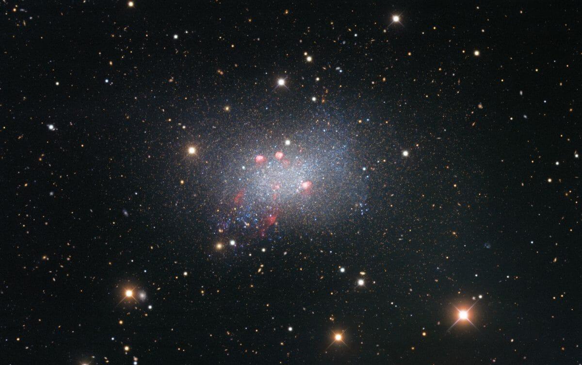 矮小不規則銀河「ろくぶんぎ座B」(Credit: KPNO/NOIRLab/NSF/AURA)
