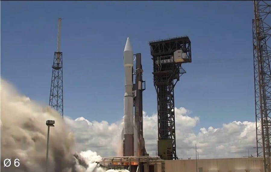 晴天のケープカナベラル宇宙軍基地から打ち上げられるアトラスVロケット(Credit: ULA Youtube)