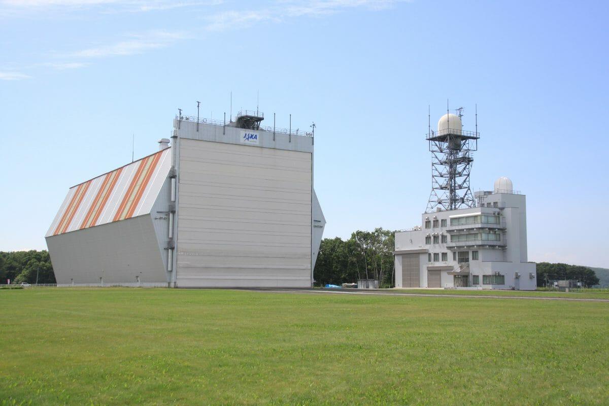 大樹航空宇宙実験場(格納庫と大気球司令管制棟)写真:金木利憲