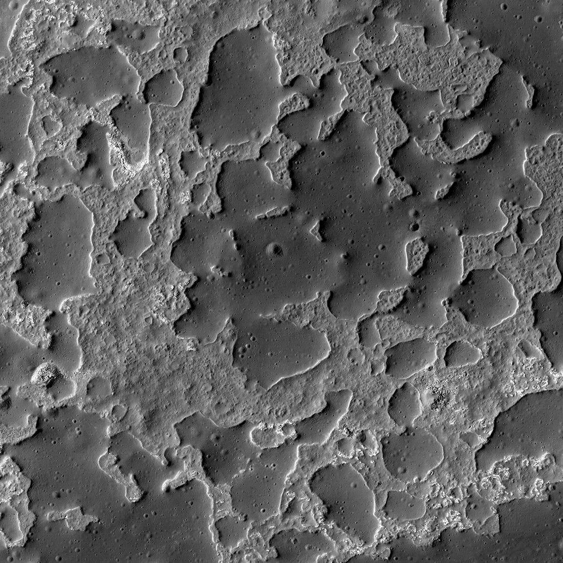 月の表側にある地形「イナ」の一部を拡大した画像(Credit: NASA/GSFC/Arizona State University)