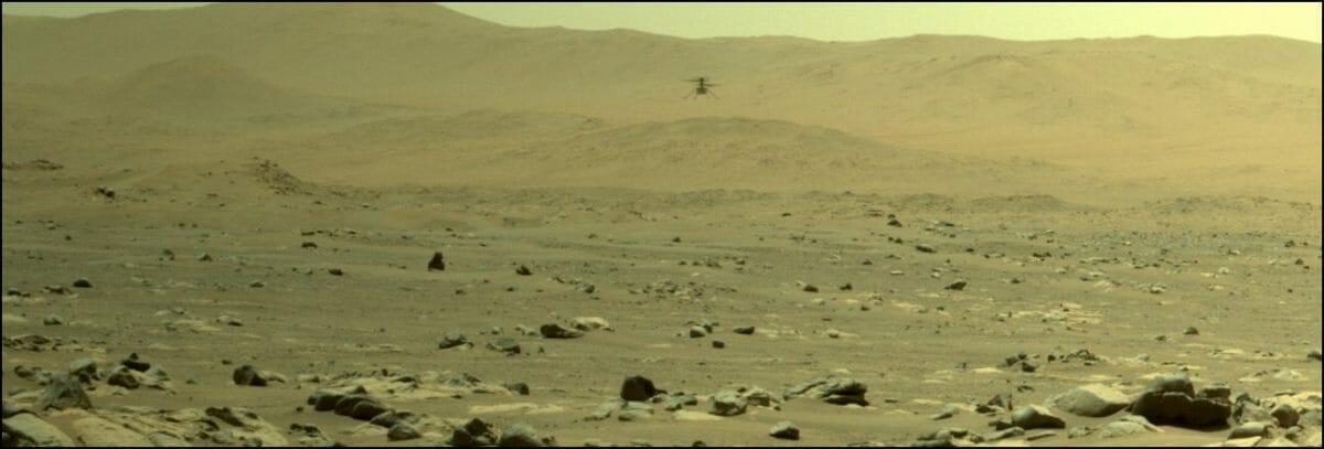 Perseveranceのナビゲーション用カメラ「Navcam」で撮影された飛行中のIngenuity(Credit: NASA/JPL-Caltech)