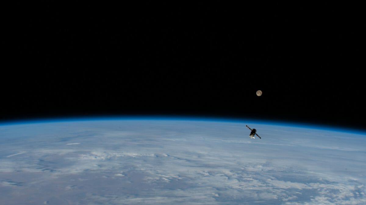 国際宇宙ステーションを離れる無人補給船「プログレスMS-14」(Credit: NASA)