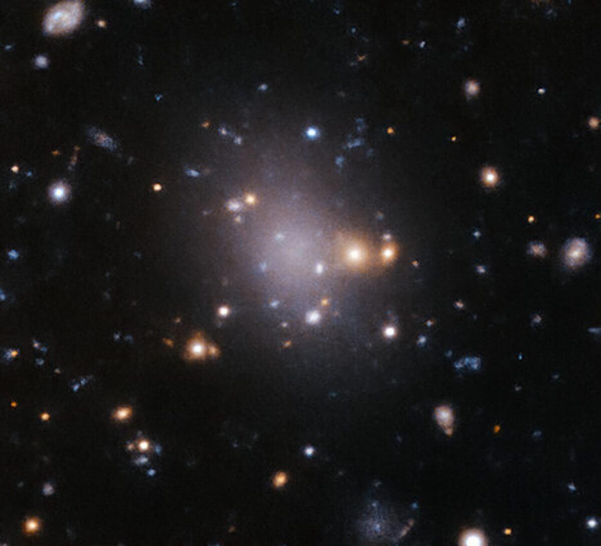 超淡銀河「UDG 4」(Credit: ESO/Iodice et al.)