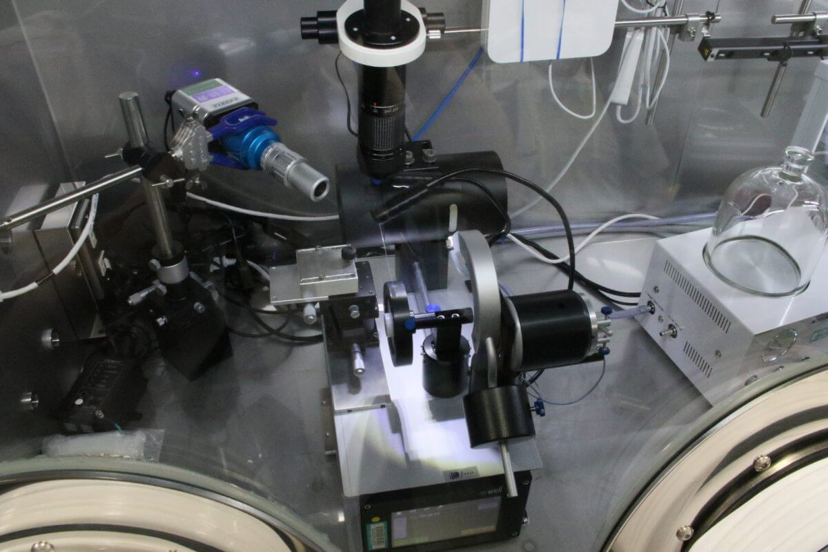 切断に使うワイヤーソー。刃の太さは100マイクロメートルとのこと。(撮影:金木利憲/東京とびもの学会)