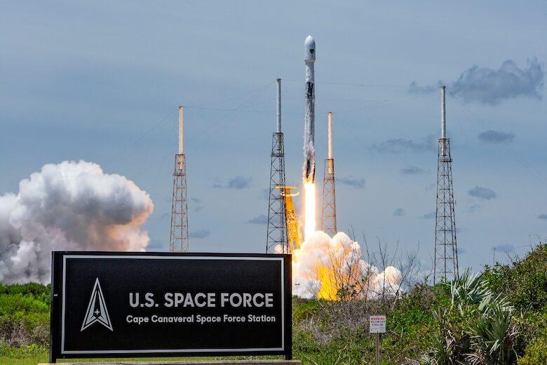 ケープカナベラル空軍基地から打ち上げられるGPS III 05を搭載したファルコン9ロケット(Credit: SpaceX/U.S. Space Force)