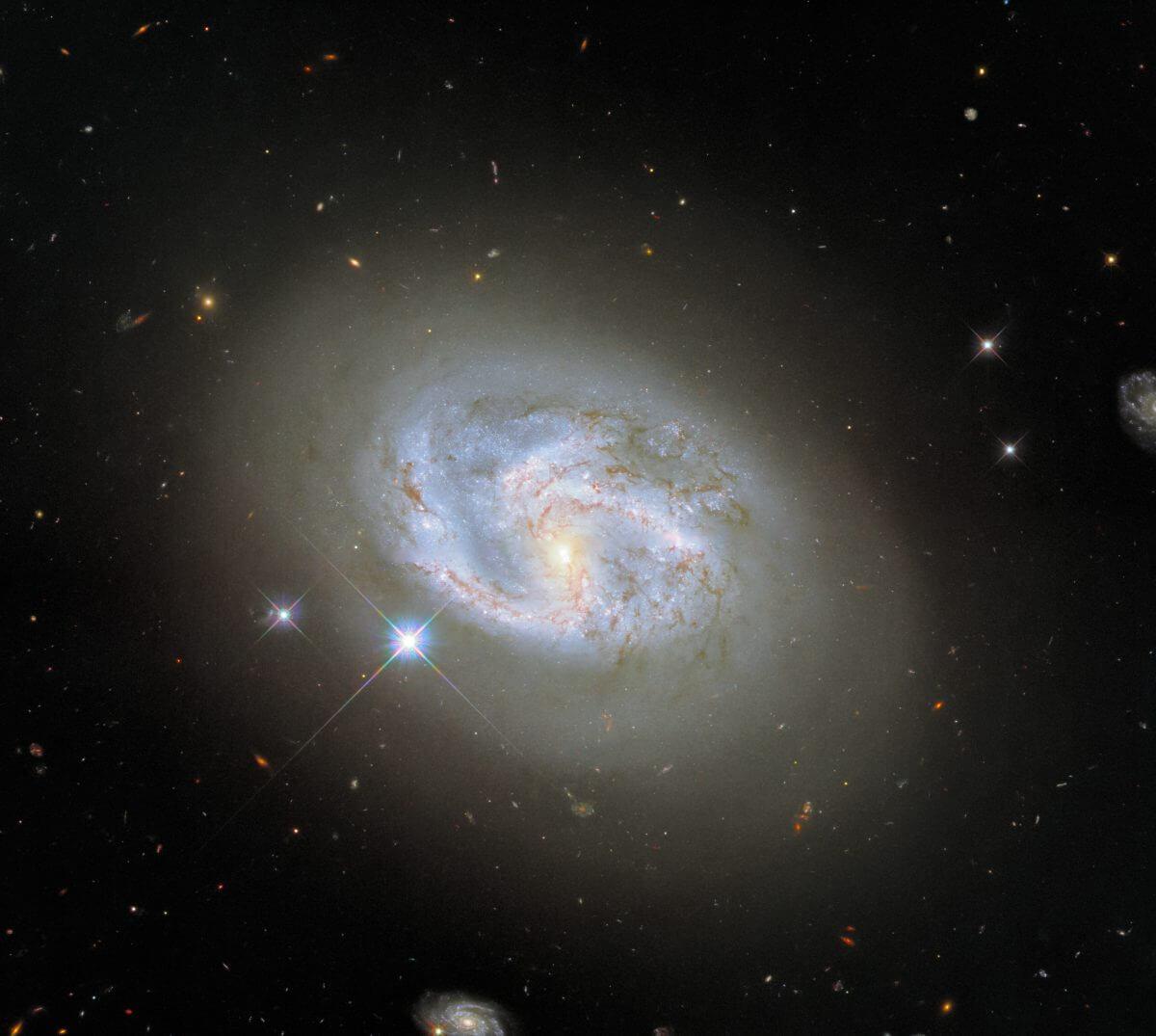 銀河「NGC 4680」(Credit: ESA/Hubble & NASA, A. Riess et al.)
