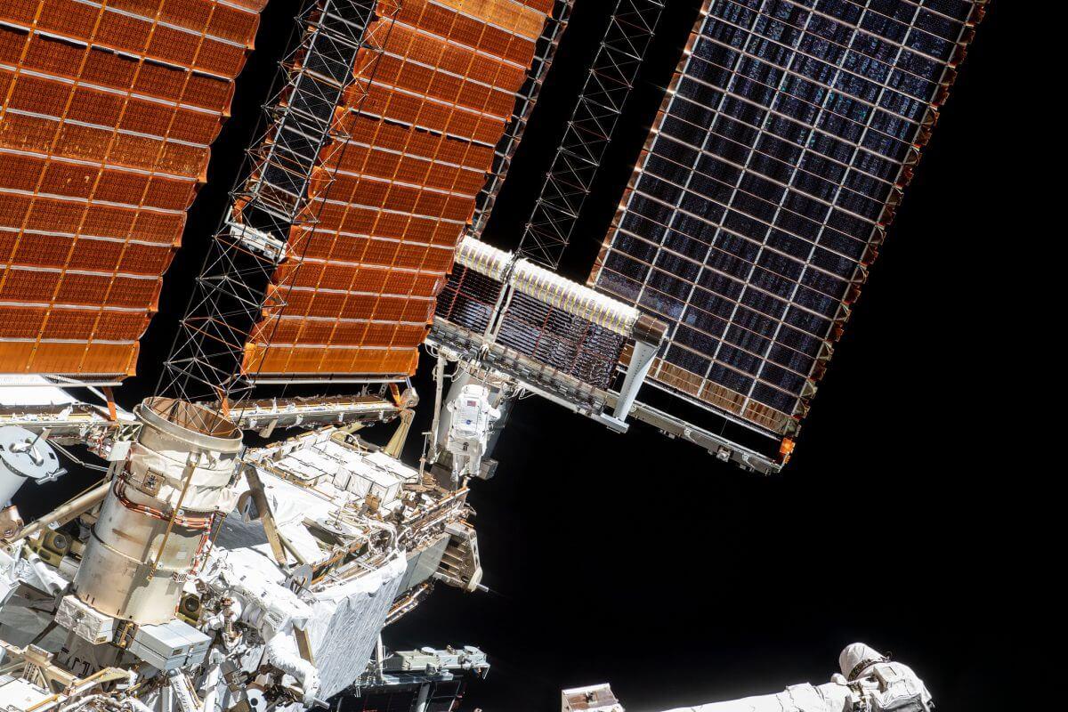 展開が始まった2基目のiROSA。画像の中央にはESAのトマ・ペスケ飛行士の姿が小さく写っている(Credit: NASA)