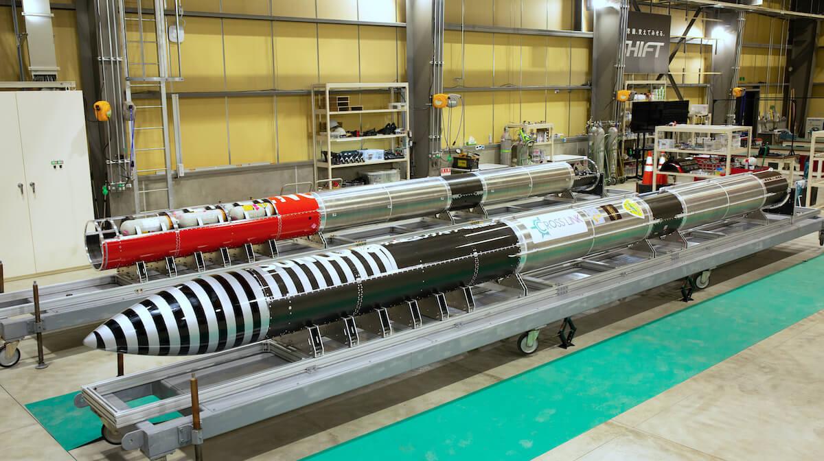 打ち上げに先立ち6月1日に公開された改良後の「ねじのロケット」(手前)(Credit: インターステラテクノロジズ)